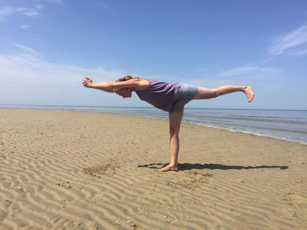 Hatha Yoga la fente debout