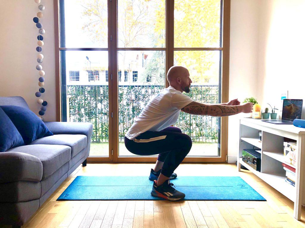 Plier les jambes pour faire un squat