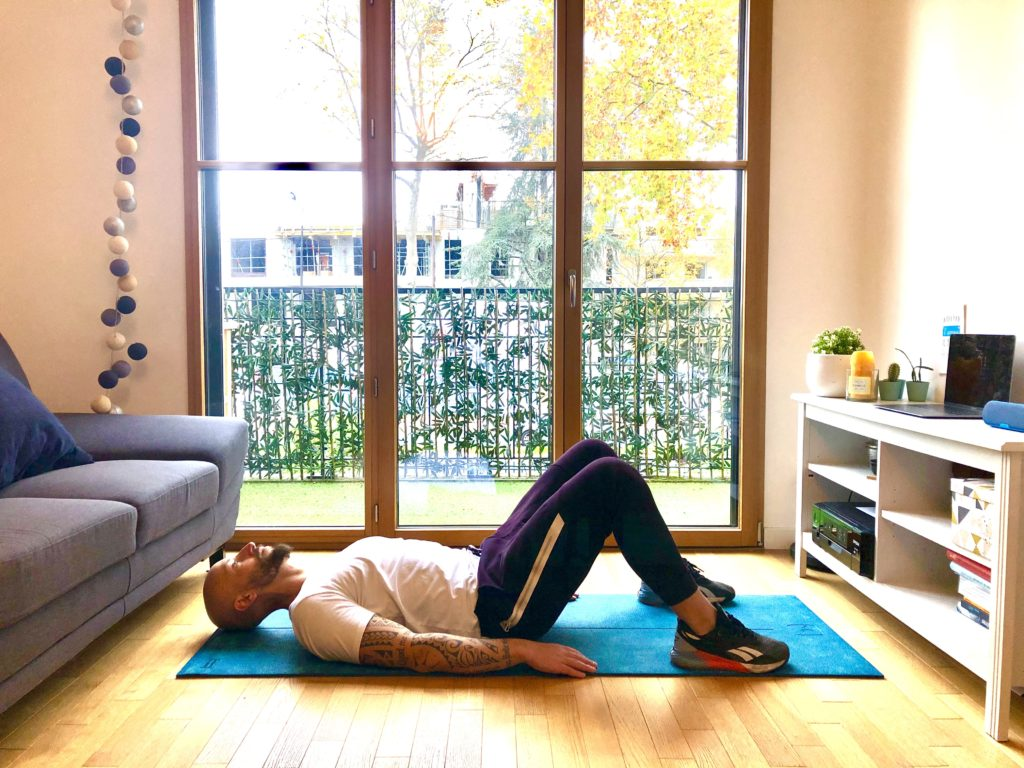 S'allonger sur le dos et fléchir les jambes pour commencer un hip-thrust