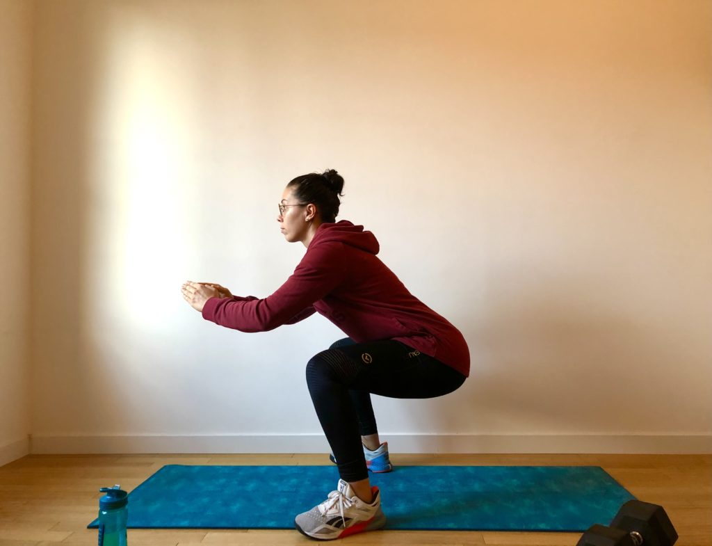 Fléchir les jambes pour commencer un squat sauté