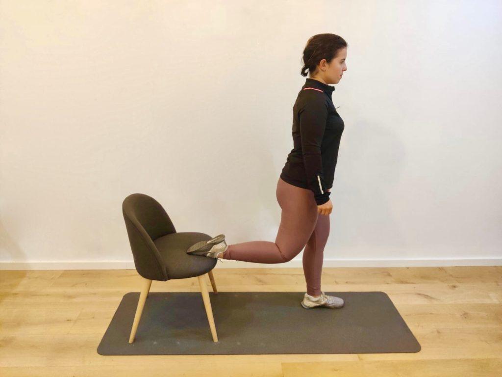 Un squat bulgare sur une chaise